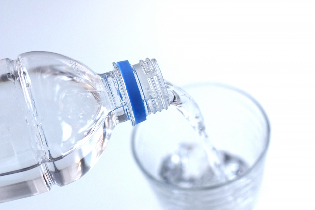 水を飲んでお酒を中和させる